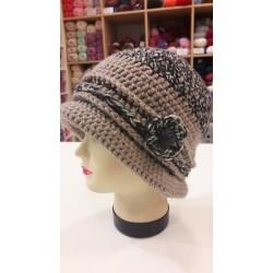 Horgolt női kalap, virággal/gombbal díszítve