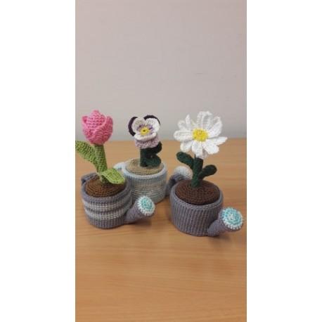 Tavaszi virágok locsoló kannában