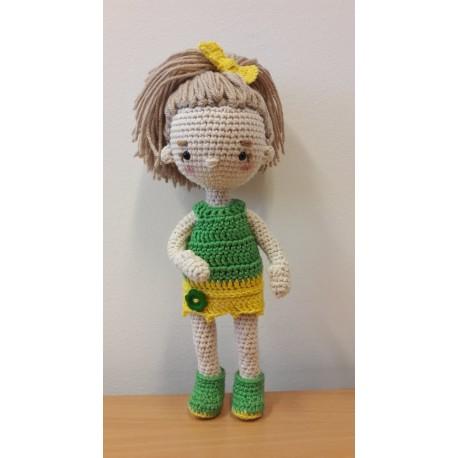 Kislány zöld/sárga ruhában, horgolt figura