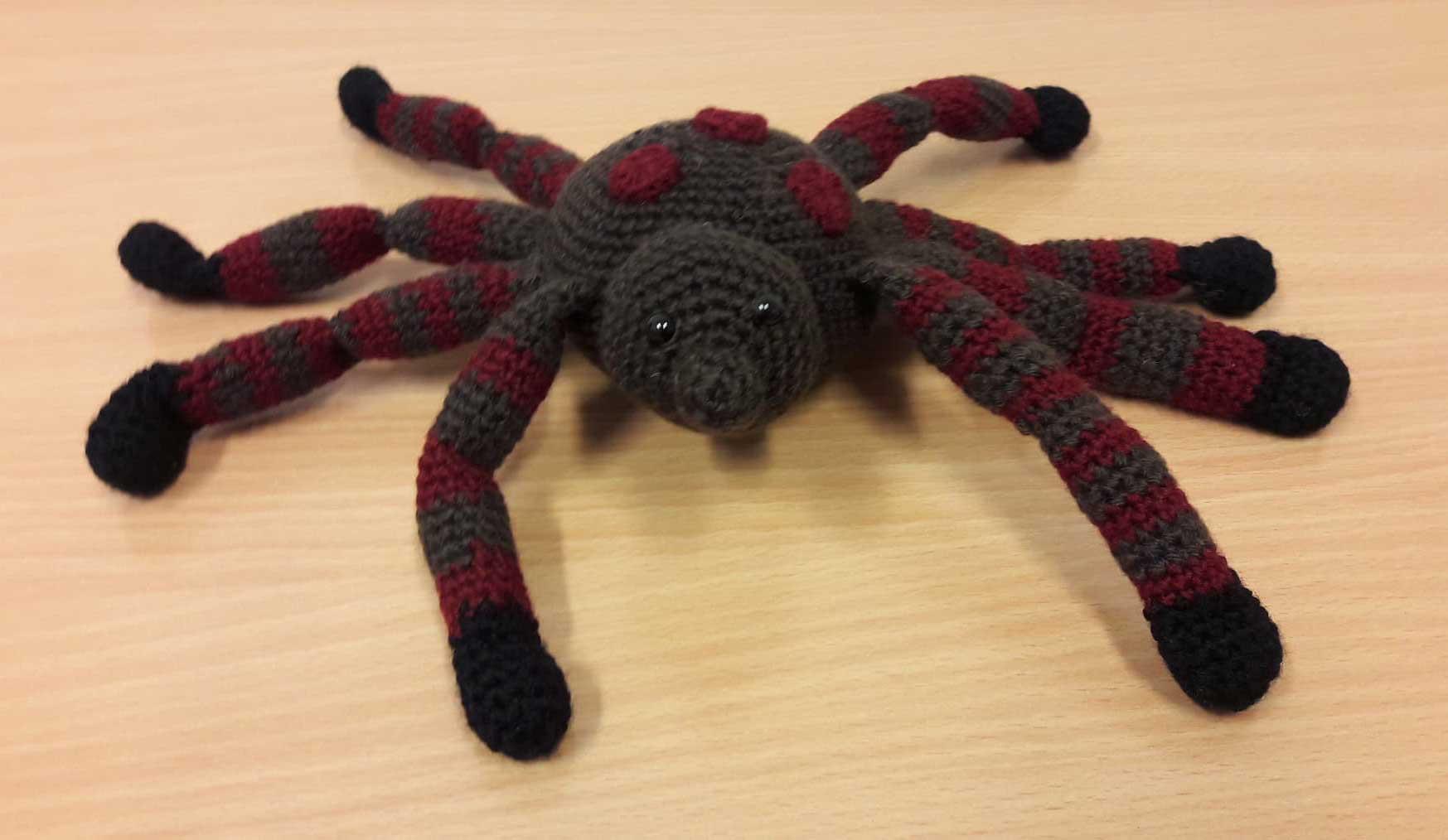 Spidy, horgolt pókfigura - barna/bordó